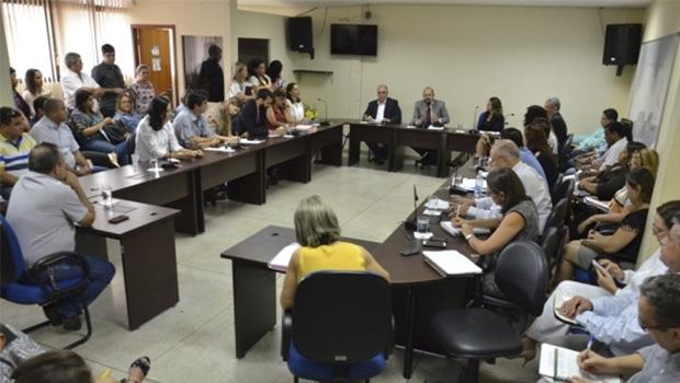 """Secretário estadual de Saúde, Marcos Musafir, em reunião com equipe,  na quarta-feira, 3: """"Temos que estar juntos para combater esse mosquito"""""""
