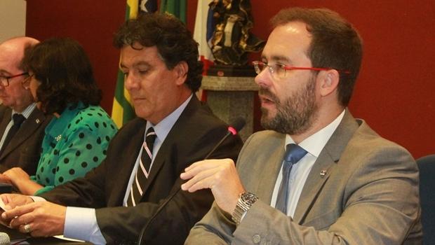 Presidente e vice-presidente da OAB-GO, Lúcio Flávio de Paiva e Thales Jayme, durante a sessão | Foto: Leoiran