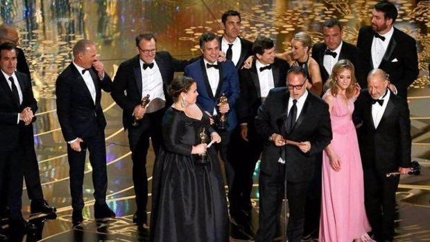 Elenco de Spotlight sobe ao palco para receber prêmio de melhor filme | Foto: reprodução/Twitter