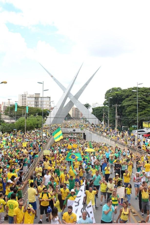 Manifestação de rua em Goiânia, no domingo, 13, pediu a renúncia,  a cassação ou o impeachment da presidente Dilma Rousseff, do PT| Foto: Bruna Aidar/ Jornal Opção