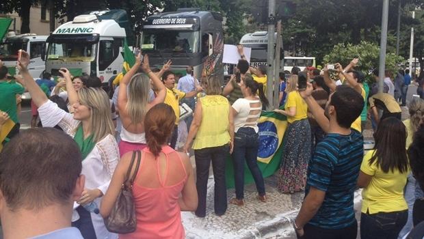Durante a manifestação pró-impeachment, caminhões foram usados em buzinaço na Praça Cívica   Foto: Acieg