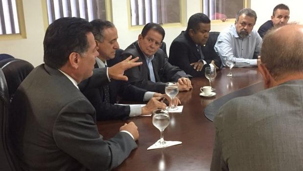 Governador, prefeito e vereadores discutem concessão de esgoto e água em Goiânia