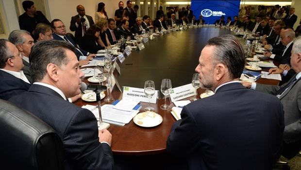 Governador Marconi Perillo (PSDB) e Luciano Coutinho, do BNDES, conversam durante reunião do Fórum Brasil Central em Goiânia | Foto: Wagnas Cabral
