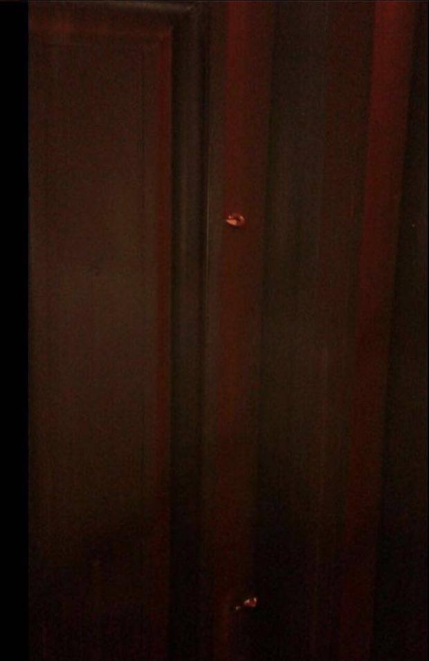 Misael Oliveira porta de sua casa atirada em 15 de março de 201612165681_840587692730348_114860059_n