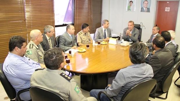 Prefeito Paulo Garcia (PT) e vice-governador José Eliton (PSDB) participaram de reunião com representantes das polícias nesta terça-feira (15/3) | Foto: Edilson Pelikano