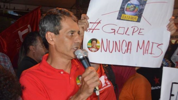 Vereador Carlos Soares discursa durante o ato | Foto: reprodução / Facebook