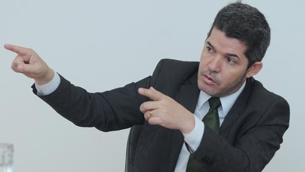 Delegado Waldir Soares durante entrevista ao Jornal Opção| Foto: Renan Accioly