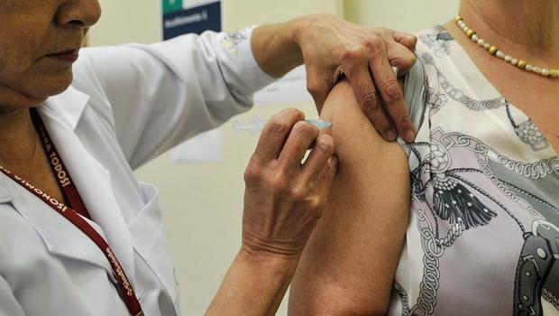 Câmara aprova projeto que prevê multa de R$ 37 mil para quem facilitar ou furar a fila da vacinação contra à Covid-19