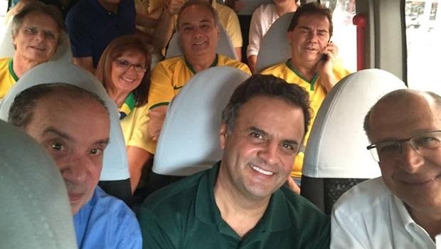 Senador Aécio Neves chegou às manifestações acompanhado pelo governador de São Paulo, Geraldo Alckmin, e o também senador Aloysio Nunes | Foto: Reprodução Facebook