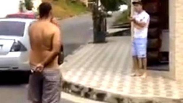 Sargento e motorista brigam. O primeiro mata o segundo. A mulher deste filma tudo. Veja vídeo