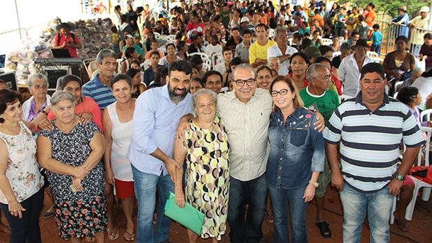 Prefeito Jânio Darrot e a primeira-dama, Dairdes Darrot, ao lado de populares no Trindade em Ação | Foto: Iris Roberto