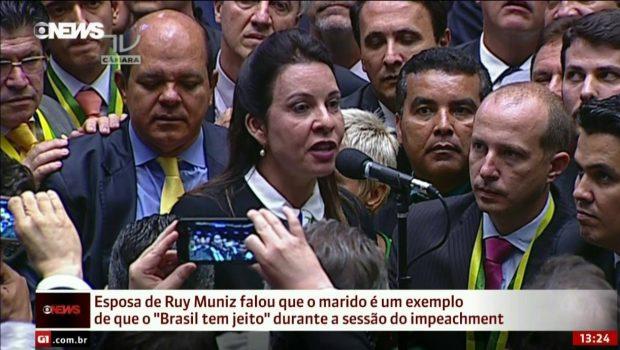 Raquel Muniz profere voto em que elogia gestão do marido, prefeito de Montes Claros (MG): na manhã seguinte, Ruy Muniz estava preso por corrupção | Foto: Reprodução/Globo News