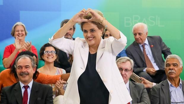 """Dilma chama de """"heróis da democracia"""" deputados que votaram contra impeachment"""