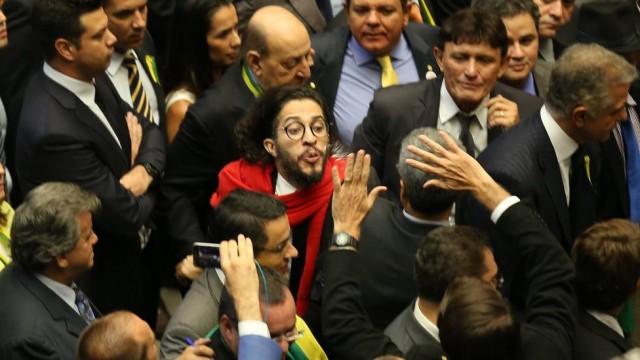 Deputado diz que Jair Bolsonaro e Jean Wyllys se amam e se odeiam