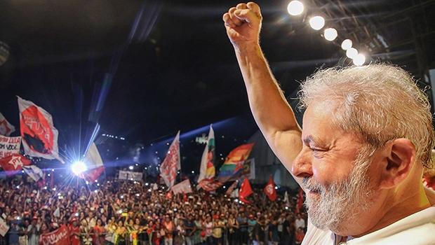 Lula em comício nos Arcos da Lapa, no Rio de Janeiro: falando aos convertidos, enquanto sua pupila era derrotada na comissão do impeachment na Câmara Federal | Foto: Ricardo Stuckert/ Instituto Lula