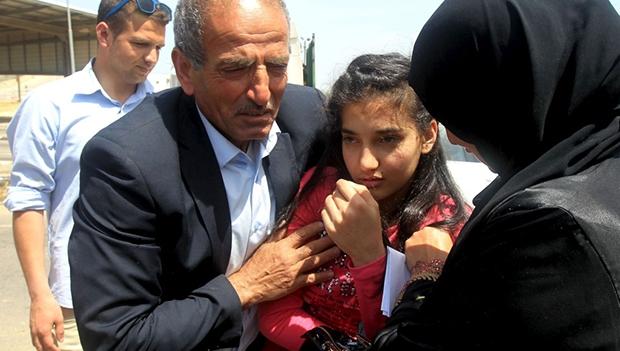 Dima al-Wawi, com os pais, em Tulkarem, na Cisjordânia, ao ser libertada | Jaafar Ashtiyeh/AFP
