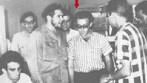 Miguel Bruguera del Valle, um dos homens de confiança de Fidel Castro, aparece ao lado de Che Guevara. Ele foi o contato de Tarzan de Castro