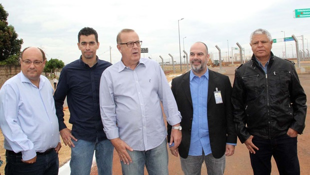 Paulo Garcia visita obras do novo Aeroporto de Goiânia