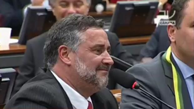 Deputado petista comete gafe e chama Dilma de ex-presidente durante comissão do impeachment