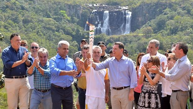 Governador recebe tocha olímpica em Corumbá de Goiás