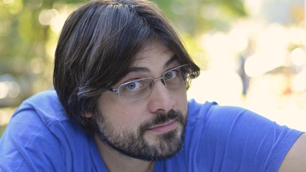 Escritor e compositor carioca, Leandro Jardim oferece ao leitor uma experiência visual, na qual a ficção é veículo para se problematizar a liberdade do fazer literário | Foto: Divulgação
