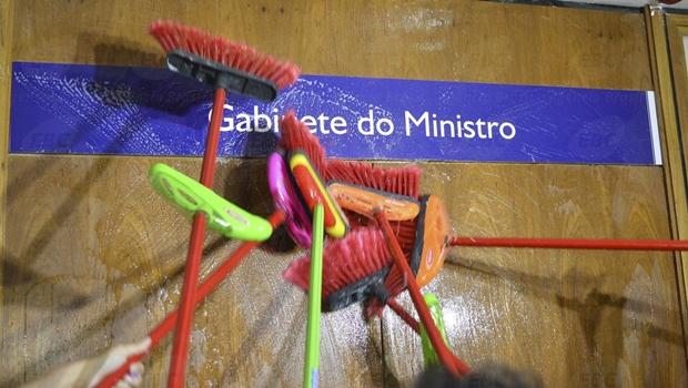 """Servidores """"lavam"""" escadaria e gabinete do ministro da Transparência em protesto"""