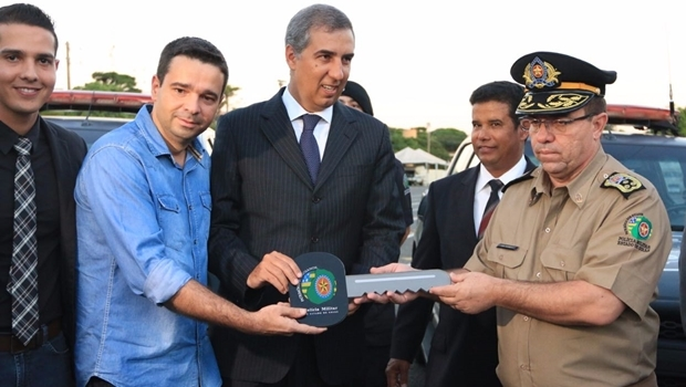 José Eliton entrega chave simbólica ao comandante da PM   Foto: André Saddi