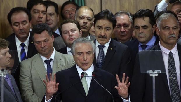 """Michel Temer à frente de seus novos """"amigos"""": traição foi do projeto   Foto: Valter Campanato/Agência Brasill)"""