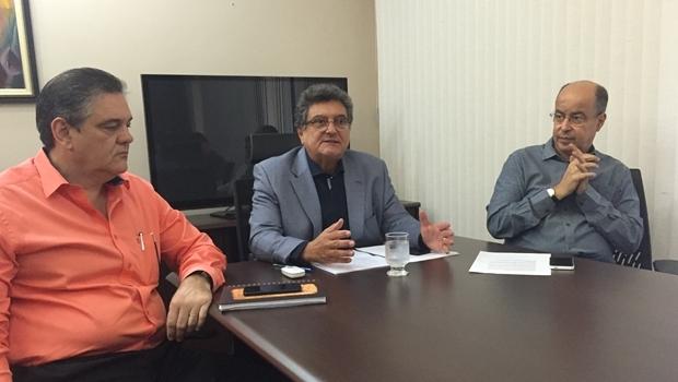 Superintendente de Cultura, Nasr Chaul (ao centro) anuncia novidades do Fica 2016 | Foto: Alexandre Parrode / Jornal Opção