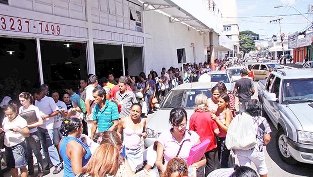 As recorrentes filas de pessoas à procura de emprego no Brasil são apenas um dos sintomas do atual momento de desequilíbrio econômico, que é grave