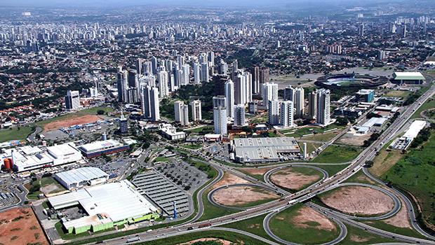 Vista aérea da Marginal Botafogo: prédios dominam o cenário urbano. Crescimento desordenado da cidade é um desafio presente