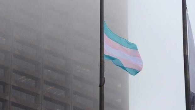 Prefeito hasteia bandeira do Orgulho Transexual na sede da prefeitura de Boston