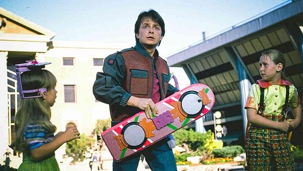 Um belo dia, piscamos os olhos num mundo analógico, de fitas K7 e VHS, e, ao abrir os olhos, encontramos celulares e Blu-ray; só faltou mesmo o skate voador de Marty Mcfly | Foto: Divulgação
