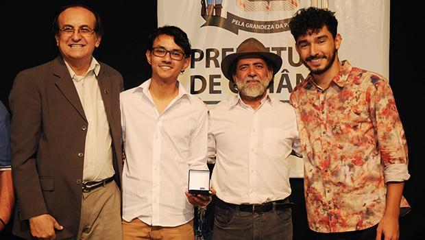 Os editores Marcos Nunes Carreiro e Yago Rodrigues Alvim receberam a medalha entregue pelo secretário Ivanor Florêncio (meio) e por Edival Lourenço (à esq.) | Foto: Jornal Opção