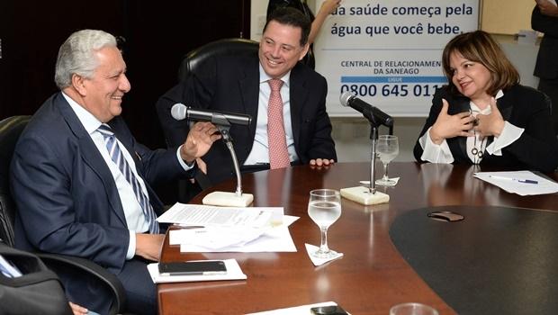Vilmar Rocha, titular da Secima, o governador Marconi Perillo (PSDB) e Marise Fernandes, superintendente regional da Caixa | Foto: Wagnas Cabral