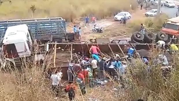 Vídeo mostra população saqueando caminhão de cerveja após acidente em Goiânia