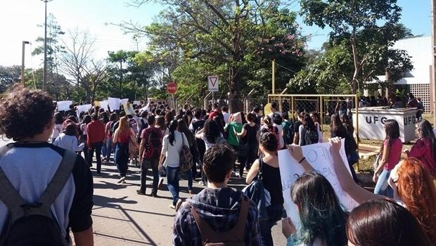 Alunos em protesto direção ao prédio da reitoria   Foto: reprodução / Facebook