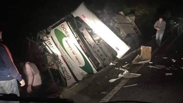 Acidente com ônibus universitário mata 18 em SP