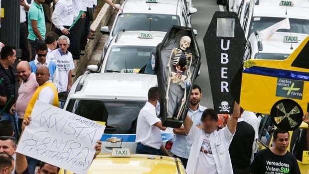 Taxistas goianos vão a Brasília pedir aprovação de lei que proíbe Uber no Brasil