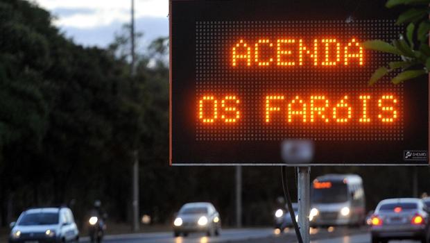 Governo cancela 11 mil multas por não uso do farol durante o dia em rodovias goianas