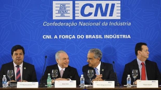 Presidente interino Michel Temer (PMDB) recebe propostas do setor empresarial brasileiro ao lado do presidente da CNI, Robson Braga de Andrade | Foto: Antonio Cruz/Agência Brasil