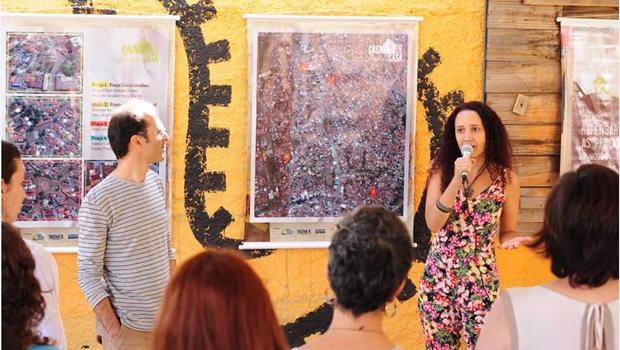 André Gonçalves e Carol Farias, do estúdio Sobreurbana, fazem a apresentação do projeto Casa Fora de Casa, que objetiva ressignificar áreas públicas em consonância com sua vizinhança | Foto: Polli de Castro