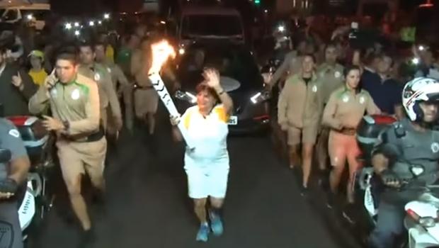 Vídeo: Dona do Magazine Luiza leva tombo durante revezamento da tocha olímpica
