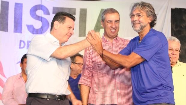 Marconi, José Eliton e o presidente Associação Resgate e Cidadania (ARC), Antônio Alencar Filho | Foto: Humberto Silva
