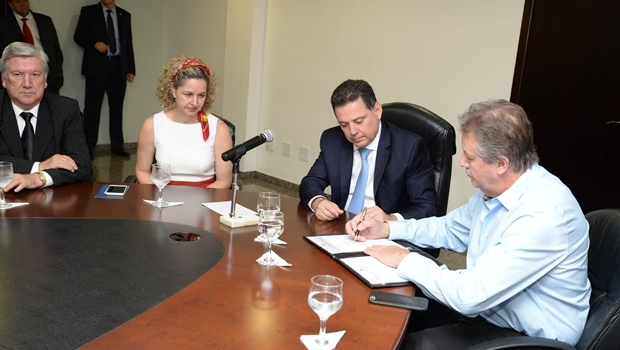 Marconi Perillo assinou protocolo de intenções com a Empresa Sierra Móveis | Foto: Wagnas Cabral