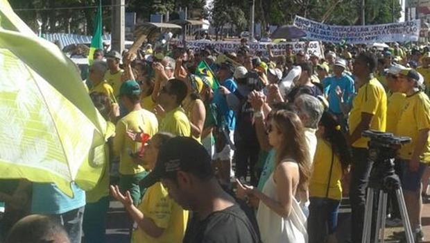 Manifestação a favor do impeachment reúne cerca de 400 pessoas em Goiânia
