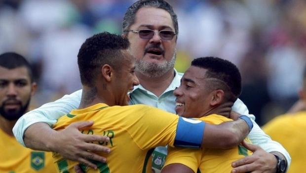 """""""Nosso futebol não está morto"""", diz técnico da seleção após medalha de ouro"""