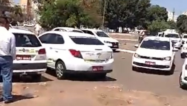 Taxistas fazem novo protesto contra o Uber em Goiânia