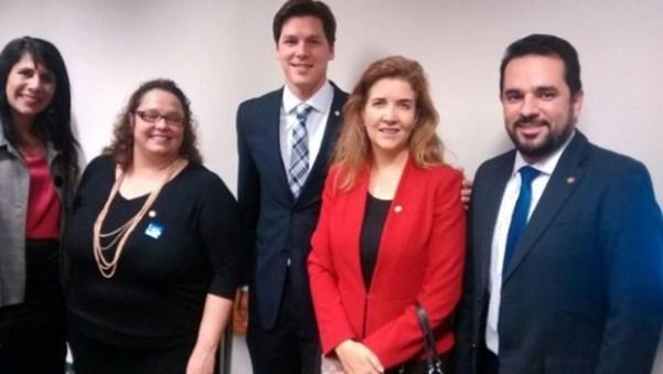 Vice-presidente da OAB-DF, Daniela Teixeira (de vermelho), agradece ao deputado Daniel Vilela pelo projeto que beneficia mães advogadas | Foto: Divulgação