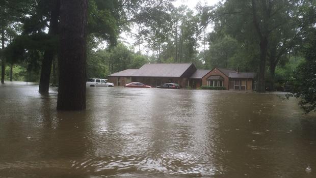 Pastor publicou fotos de sua casa após enchente na última terça-feira | Foto: reprodução/Facebook